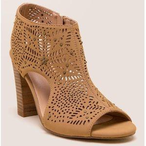 ⬇️ Francesca's Betheny Lasercut Peep Toe Heel 8M